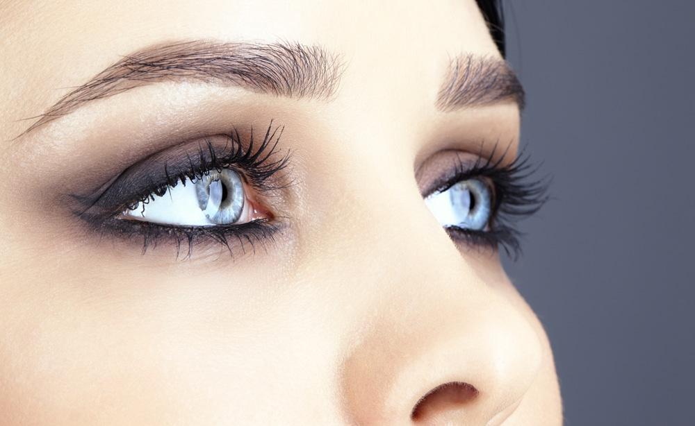 maquillage de soirée yeux bleus