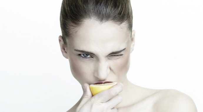 Comment blanchir les dents naturellement avec ce m lange - Comment avoir des citrons sur un citronnier ...