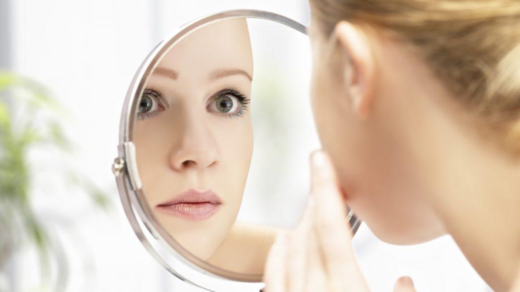 Boutons, points noirs ou tout simplement rougeurs viennent régulièrement au  cours de notre vie assombrir notre visage… Les ennemis d une peau zéro sont  ... e5c8358e68b